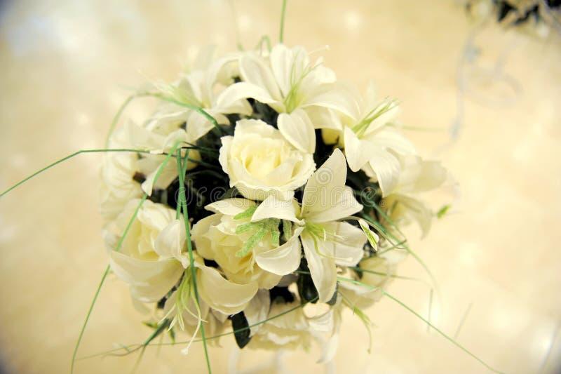 Lírios brancos e rosas foto de stock