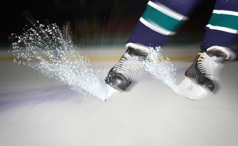 Lód błyska spod hokejowych łyżew obraz royalty free