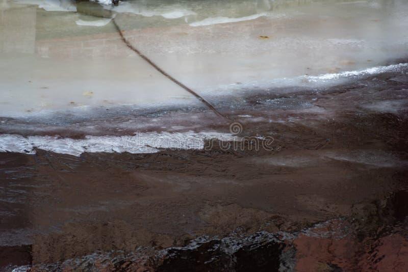Lód i śnieg zakrywająca brzeg woda obraz stock