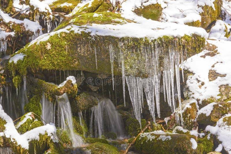 Lód i woda w wiosna śniegu obraz stock