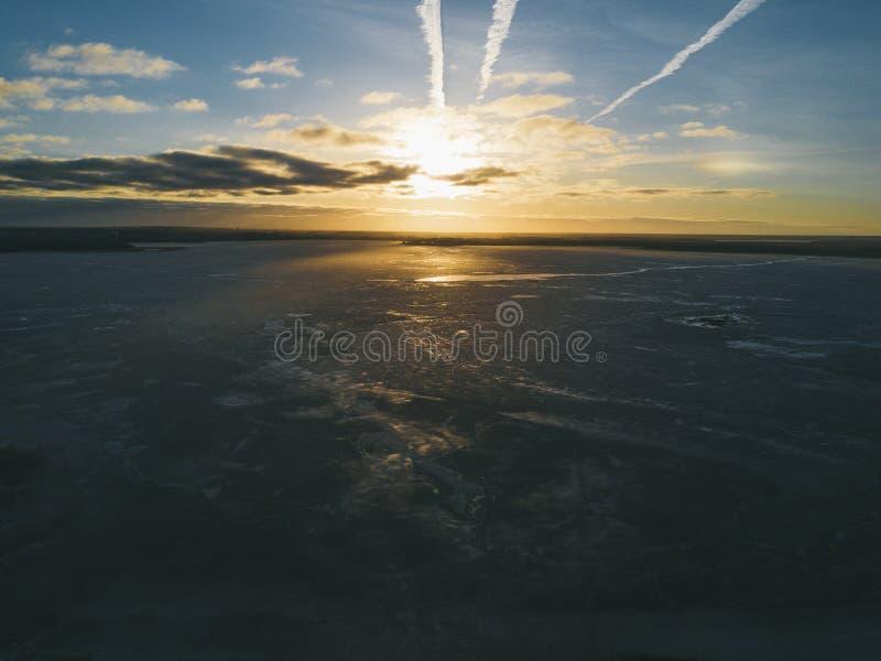 Lód na jeziorze w zimie przy zmierzchem obrazy royalty free
