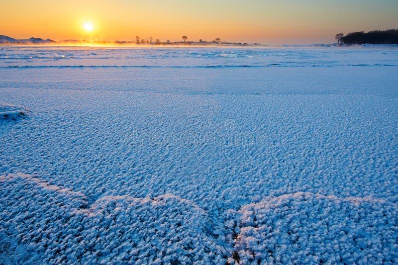 Lód na rzecznym wschodzie słońca i śnieg zdjęcie royalty free