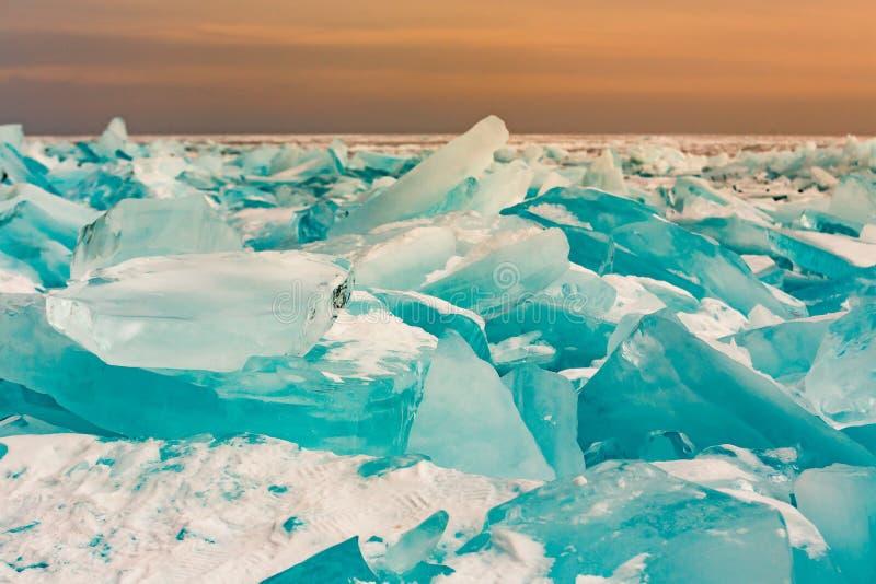 Lód pękał nad Baikal wody jeziorem w zima sezonie z wschodu słońca niebem obraz stock