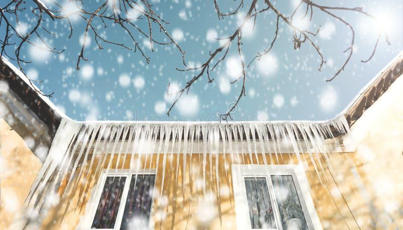 Lód tamy, sople na dachu obraz stock