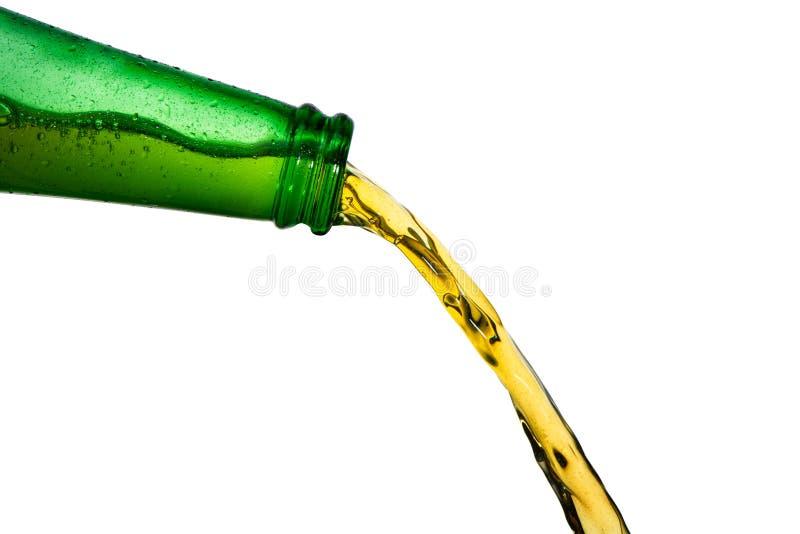 Lód - zimnego piwa dolewanie od zielonej butelki Zatrzymuje akcji zbliżenie na bielu obraz royalty free