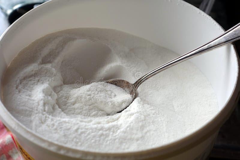 Löffel in der Schüssel Vitamin- Cpulver stockfotos