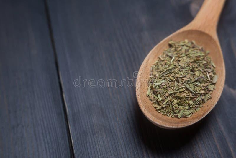 Löffel des grünen Gewürzs stockfoto