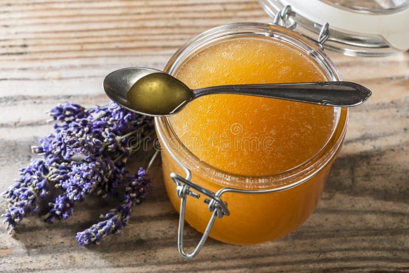 Löffel des Honigs und des Glases mit Honig lizenzfreies stockfoto
