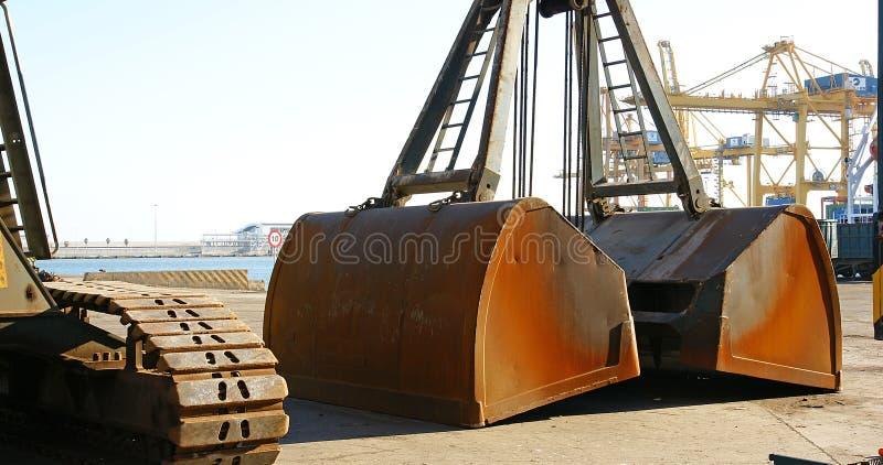 Löffel oder Schaufel für den Ersatz eines Kranes im Hafen von Barcelona stockfotografie