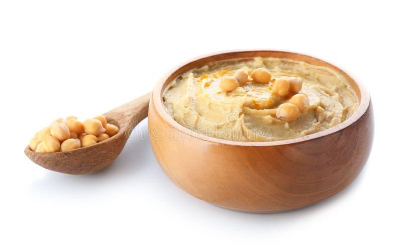 Löffel und Schüssel mit geschmackvollem hummus auf weißem Hintergrund stockfotografie