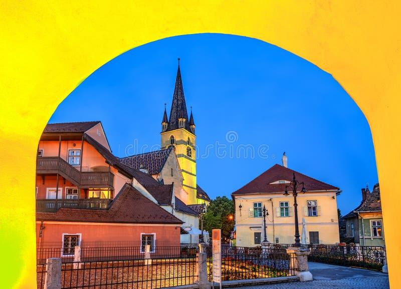 Lögnare överbryggar och Lutherandomkyrkan, Sibiu, Transylvania, Rumänien royaltyfri foto