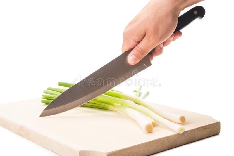 Lökar för knivklippvår på ett träbräde arkivbild