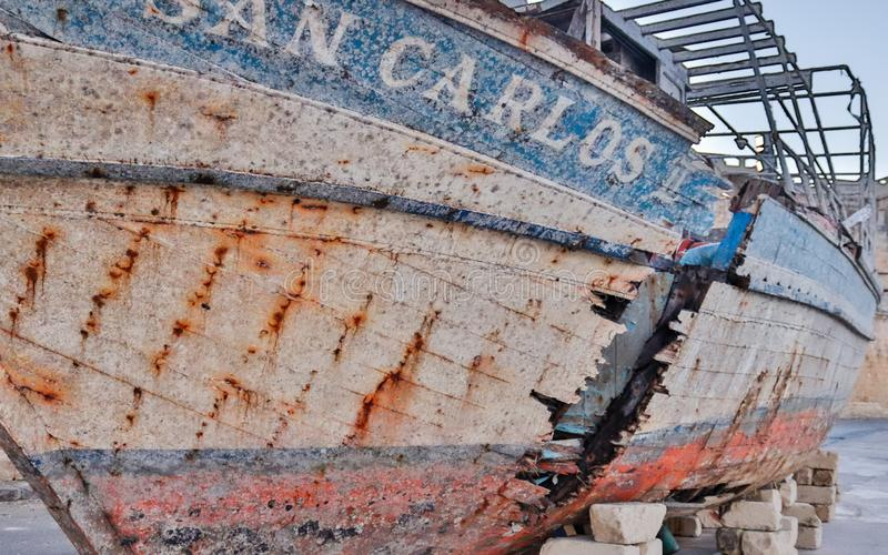 Lönelyft gammal bruten skepphaveri av San Carlos nära yachthamn fotografering för bildbyråer