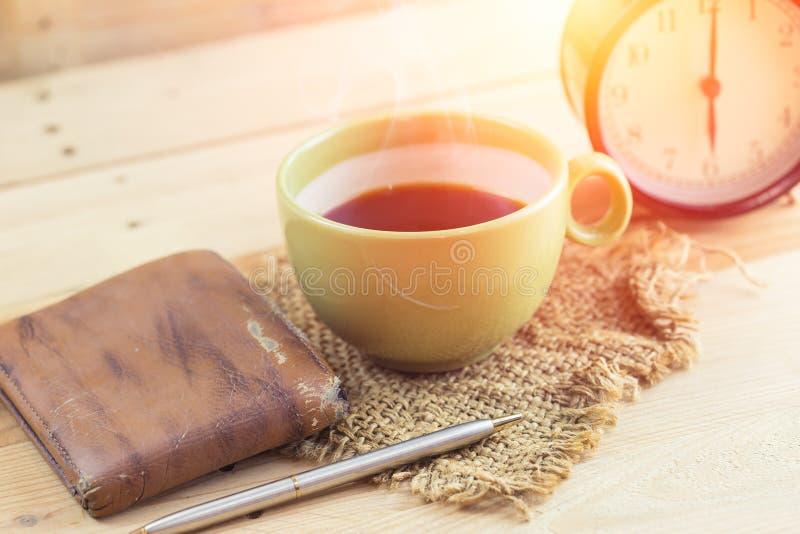 Lönmanvaken upp morgon med kaffe, arbetar hemmastatt begrepp fotografering för bildbyråer