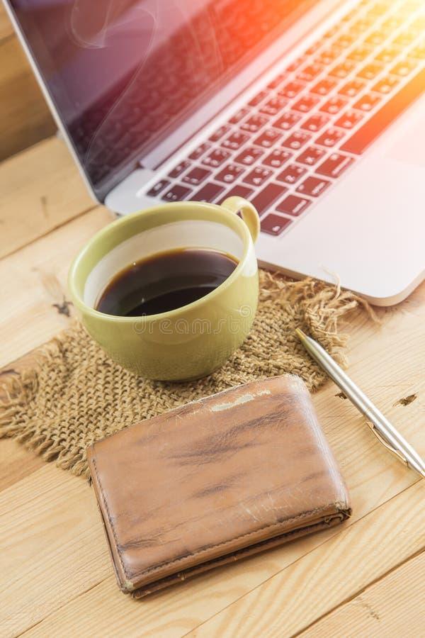 Lönmanvaken upp morgon med kaffe, arbetar hemmastatt begrepp royaltyfria foton