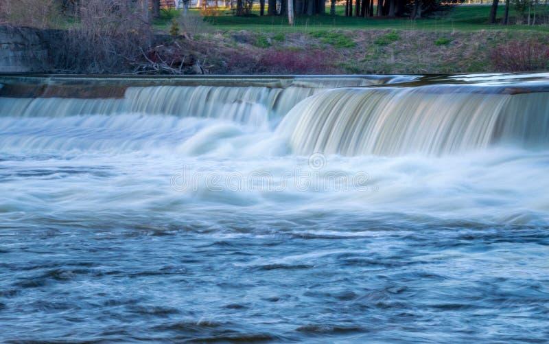 Lönnkullefördämning på den Saugeen floden arkivfoton