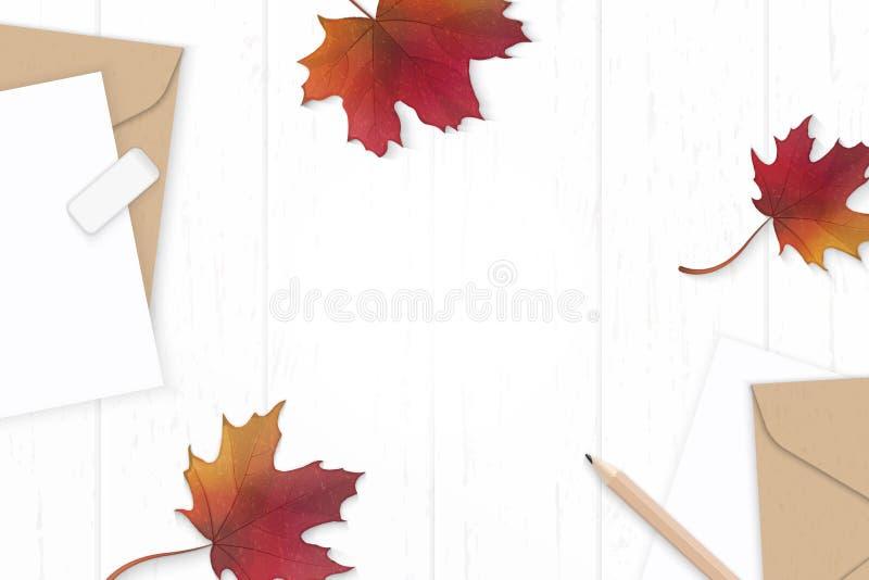 Lönnlöv för höst för plant lekmanna- för sammansättningsbokstav för bästa sikt elegant vitt för kraft kuvert papper röd och blyer royaltyfri fotografi