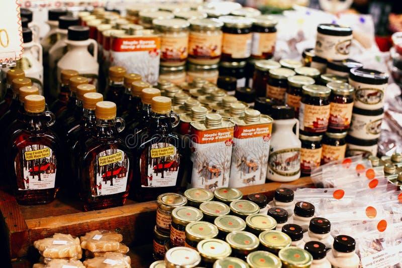 Lönnsirap på skärm på bönder marknadsför i Montreal, Kanada arkivbild