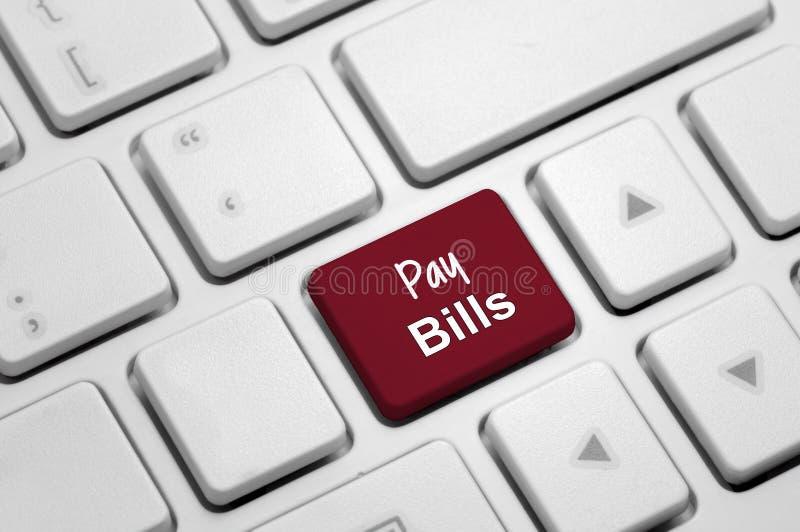 Lönräkningar på det vita tangentbordet arkivfoto
