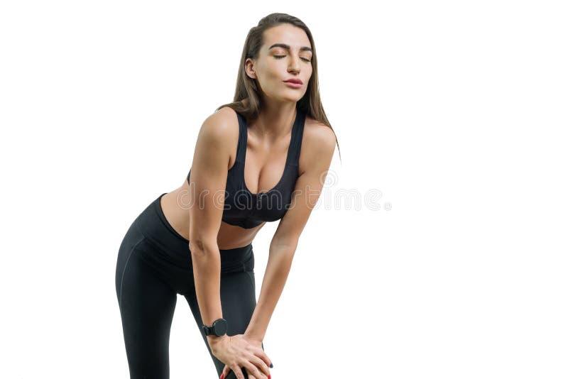 Löpare för ung kvinna i den svarta sportswearen som isoleras på vit bakgrund, kopieringsutrymme royaltyfria bilder