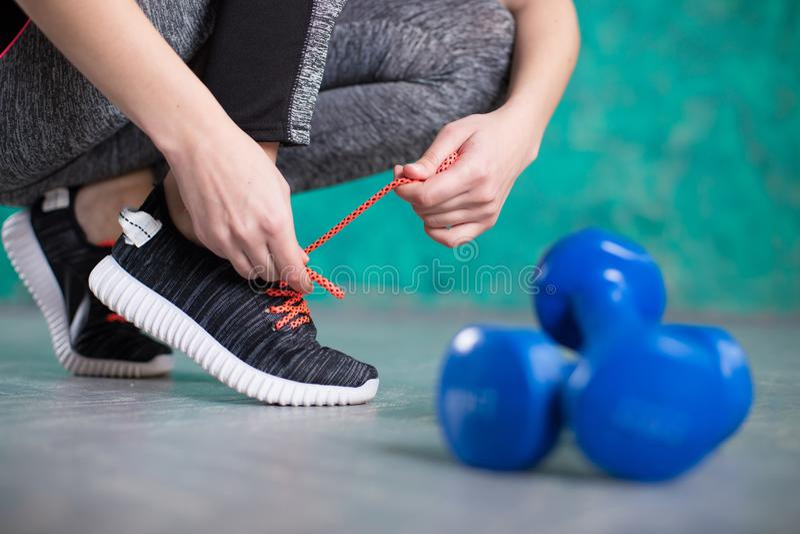 Löpare för ung kvinna som binder skosnöre banta runt om nummer för mått för skärm för begrepp för bakgrundsmellanrumsbow banta sl royaltyfria foton