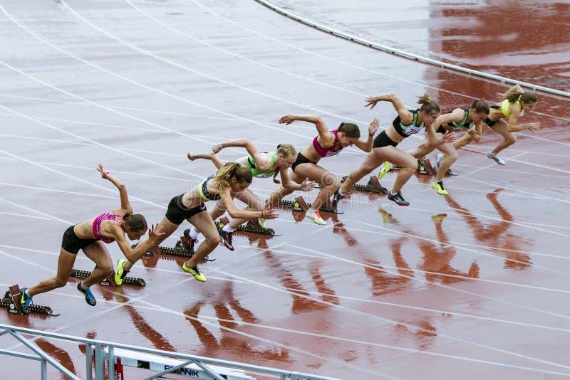 Löpare för ung kvinna som startar loppet arkivbilder