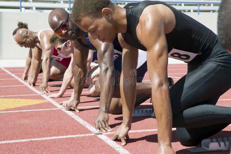 Löpare som förbereder sig för lopp royaltyfria bilder