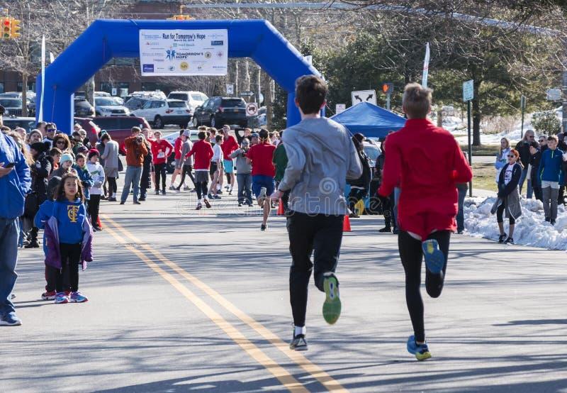 Löpare som heading till mållinjen arkivbilder
