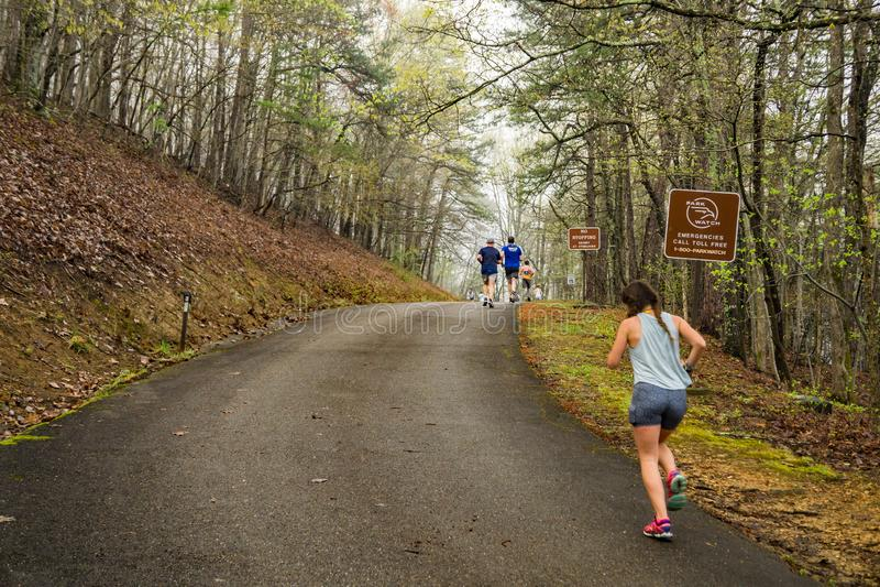 Löpare som klättrar det Roanoke berget arkivfoto