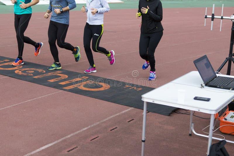 Löpare som passerar ett tidtestpunkt arkivbild