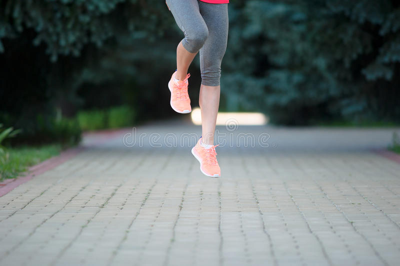 Löpare som utomhus sprintar Sportive kvinnautbildning i ett stads- a royaltyfri bild