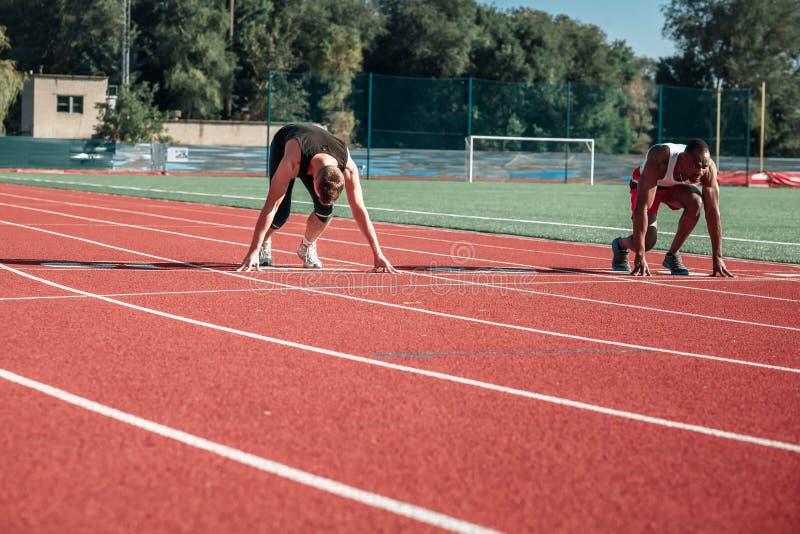 Löpare startar från början royaltyfria foton