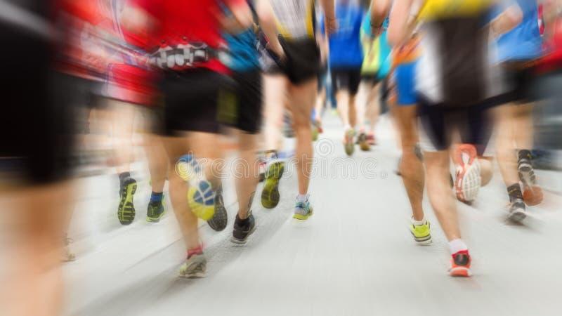 Löpareben på maraton bakifrån arkivbild