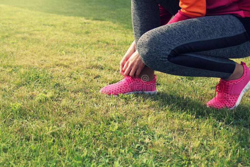 Löpareidrottsman nen som förbereder sig att köra det utomhus- Konditionkvinnautbildning och att jogga i sommar parkerar royaltyfria bilder