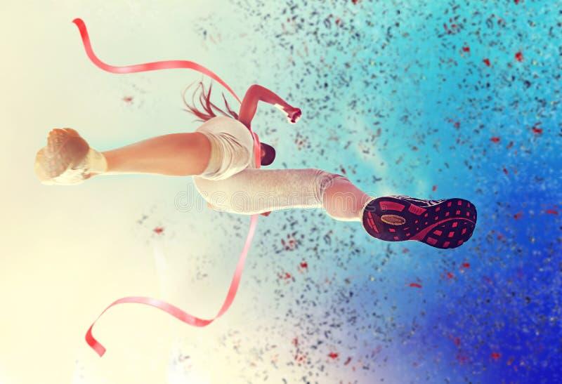 Löparekvinna i fullföljandet royaltyfri foto
