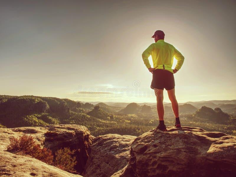 Löpareman på den steniga vägen av bergnaturen male sprinter arkivfoton
