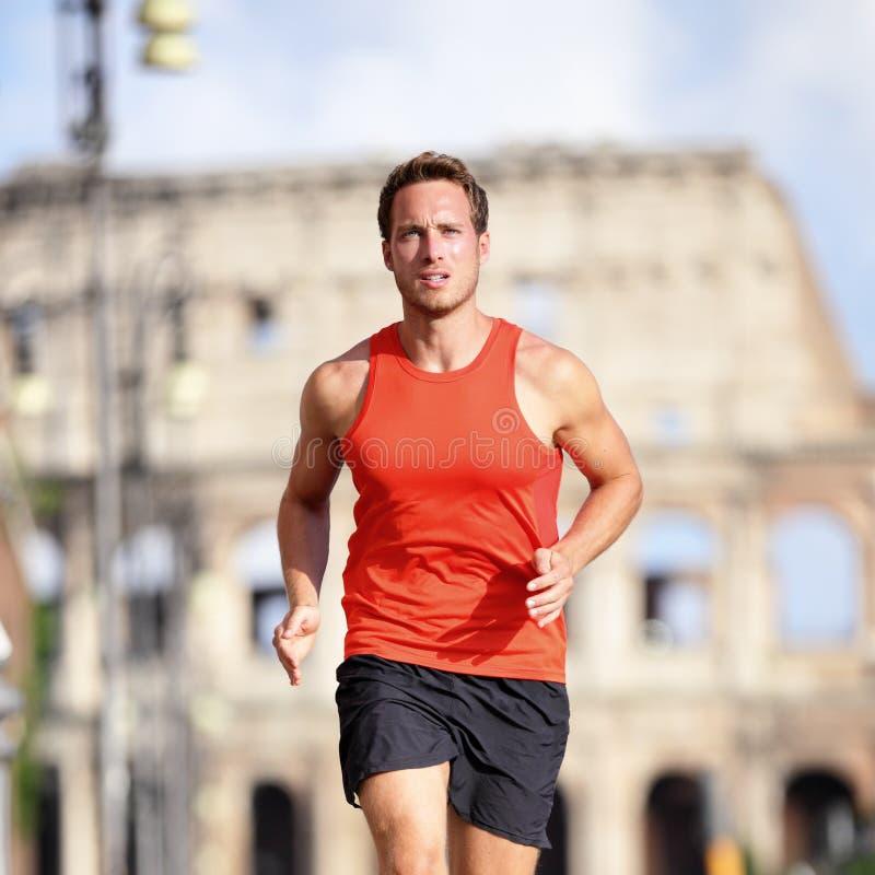Löparemanspring på den Rome maraton nära Colosseum royaltyfria foton
