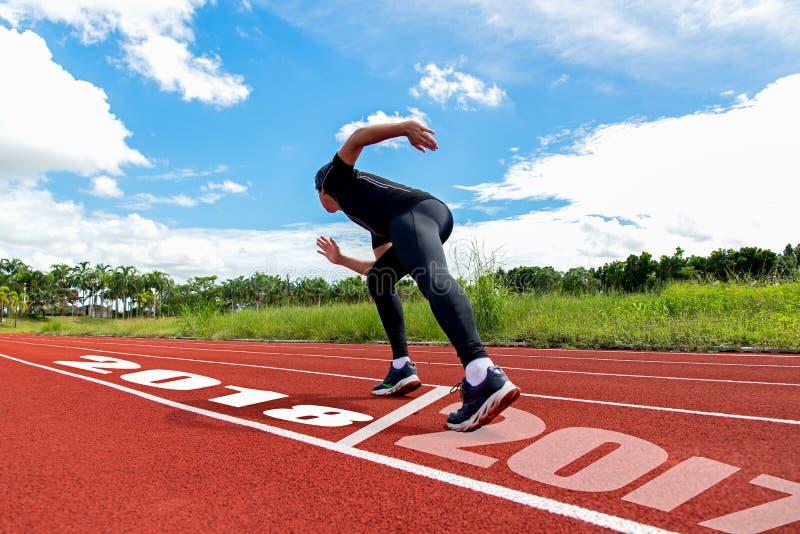 Löparen stöter ihop med 2017 till 2018 som uppsätta som mål segern arkivbild