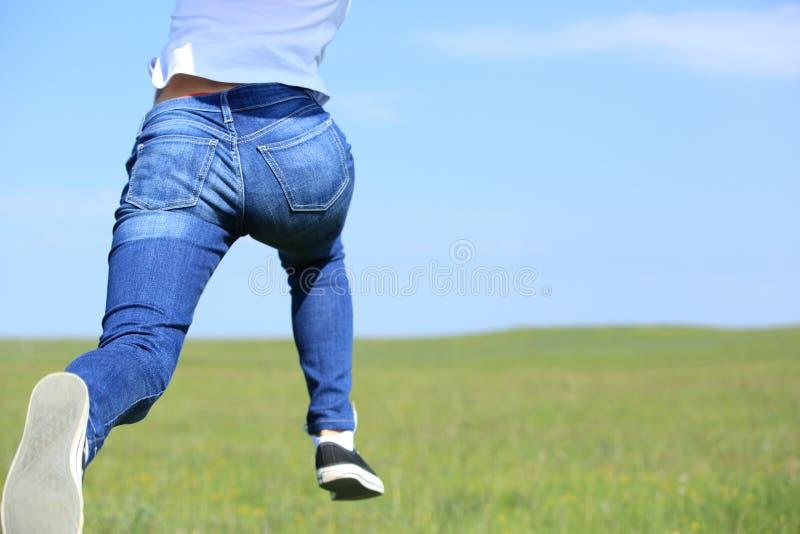 Löparespring på gräs arkivfoto