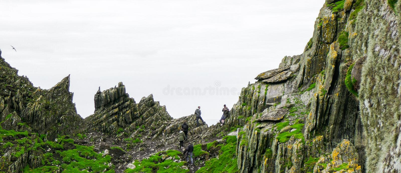 Lös atlantisk väg: Hypnotisera horisonten mellan två enorma craggy maxima ovanför dalen för `-Kristus` s, ` på förrädiska Skellig arkivfoto