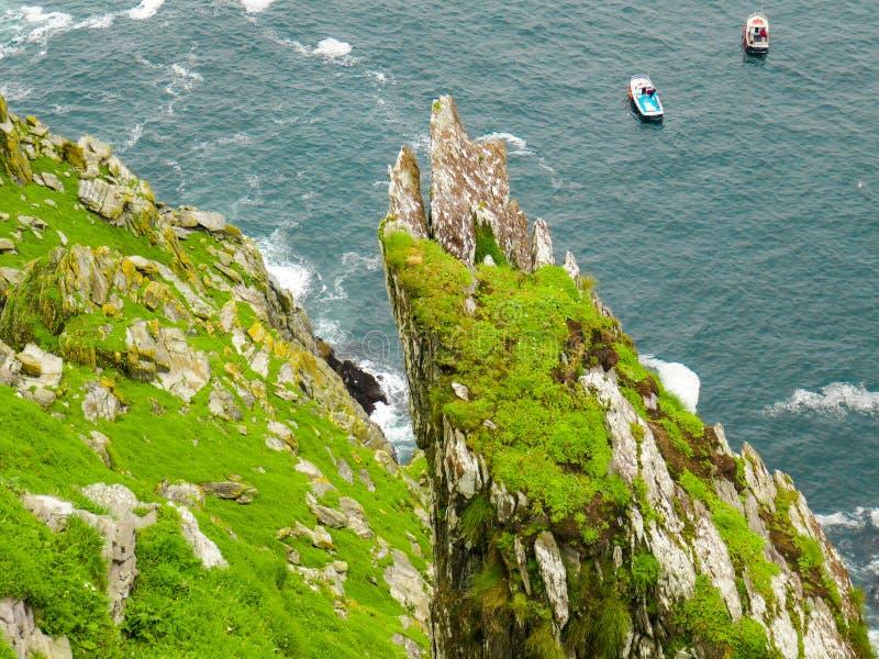Lös atlantisk väg Irland: Bedöva men förvirra sikt från branta oskyddade steniga moment för Skellig Michael ` s; turnera fartygvä arkivbild