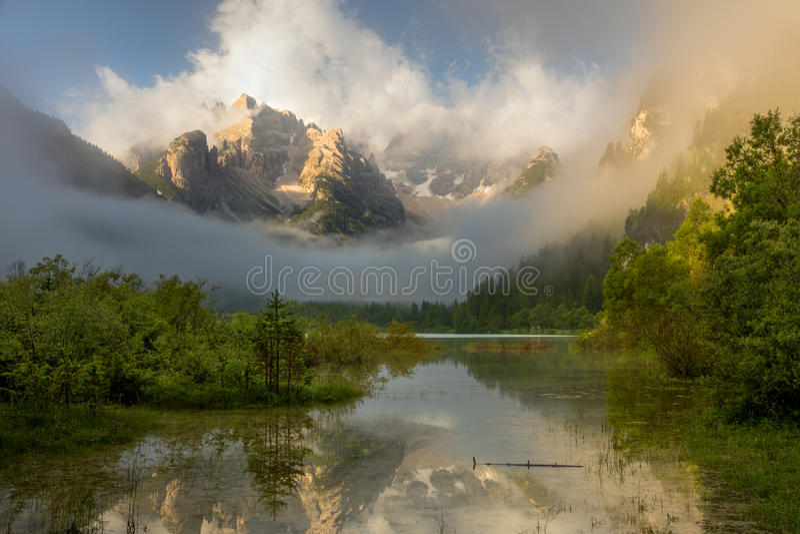 Lös berg sjö på dimmig soluppgång Landskap fjällängar, Italien, E royaltyfri fotografi