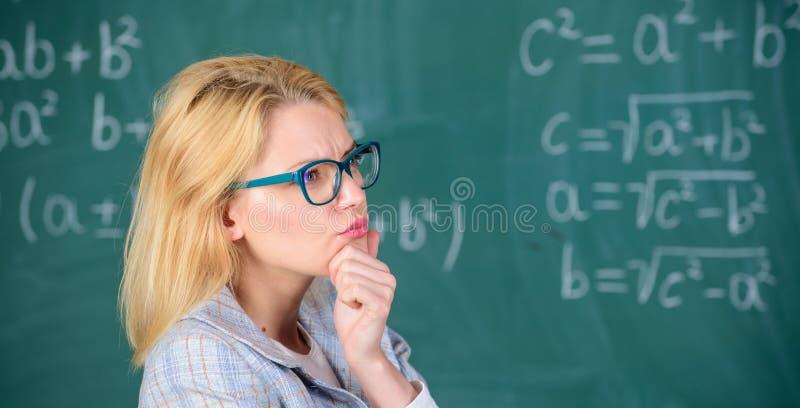 Lös matematikuppgiften Lös den uppgift Grundläggande kunskap för skolutbildning Lärarekvinnafunderare om lösning och resultat arkivbilder