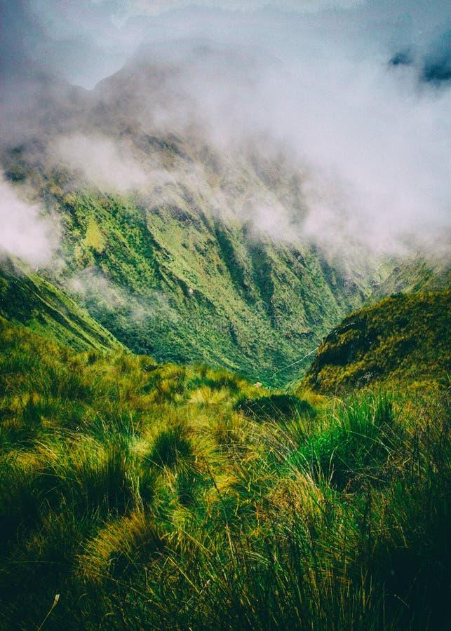 Lös natur av bergen med moln arkivfoto