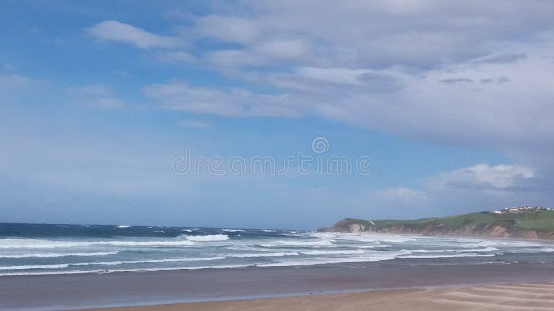 Lös strand i nordliga Spanien vid det Cantabrian havet arkivfoton