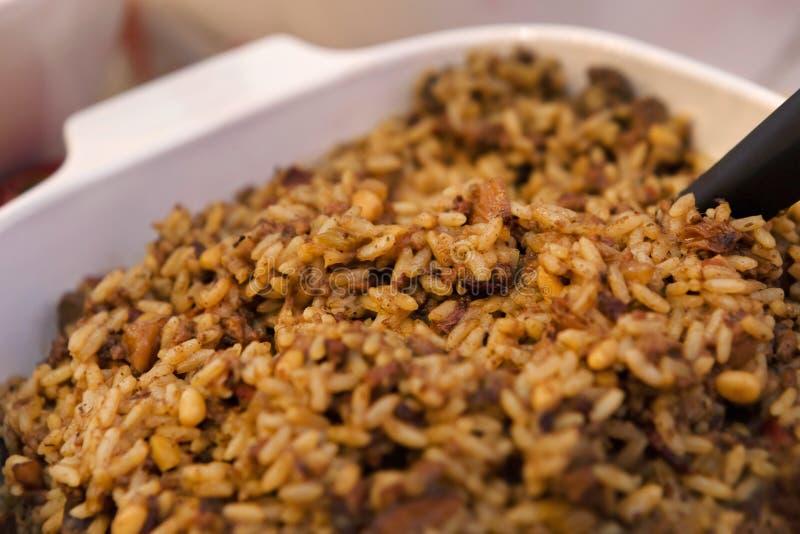 Lösa ris med bacon och russin arkivfoto
