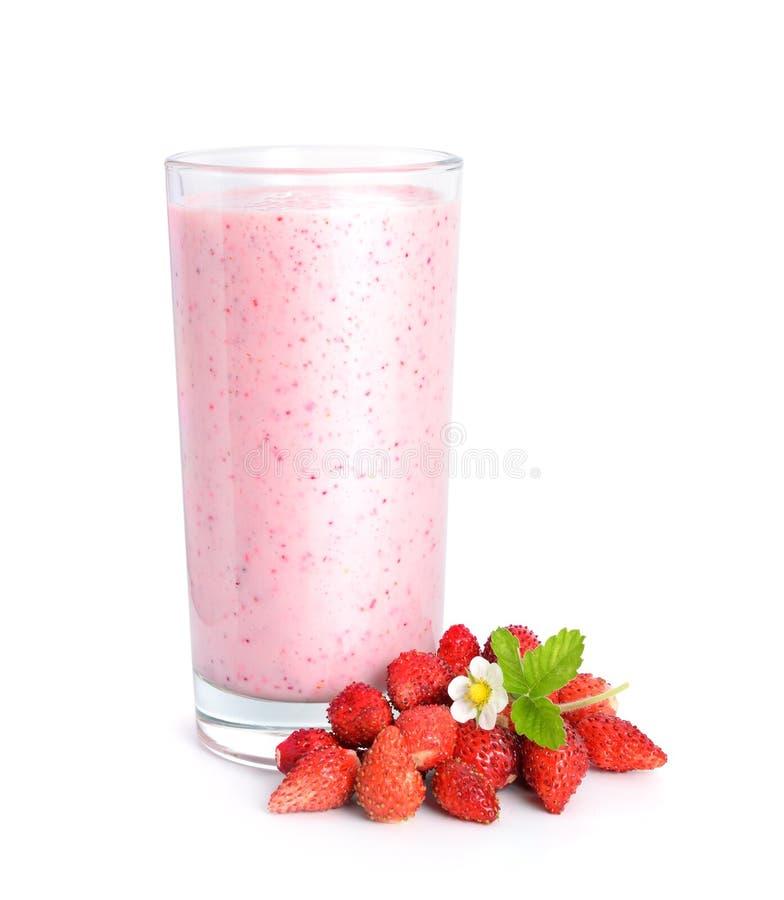 Lösa strawberrys mjölkar coctailen med bär och blomman arkivbild