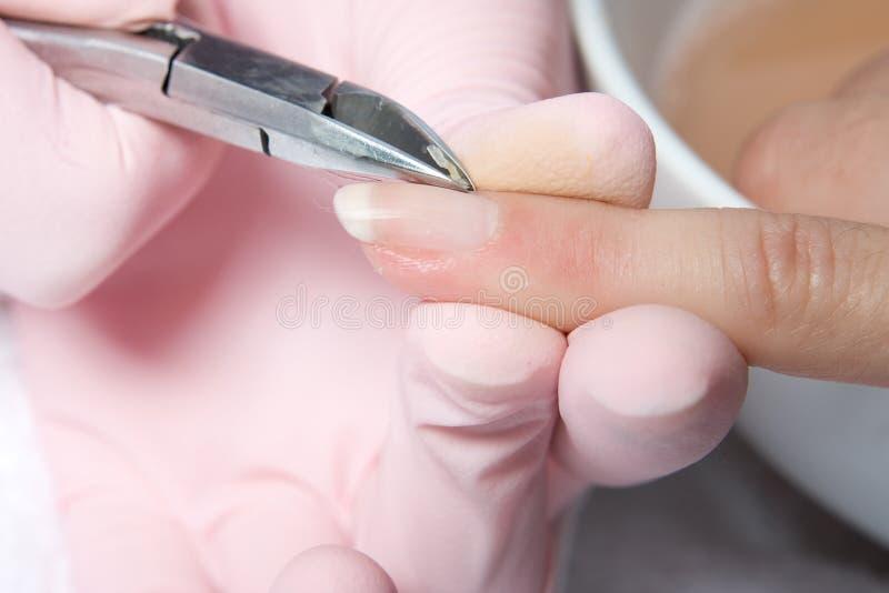 Löschen des Lacks vom Nagel stockfotografie
