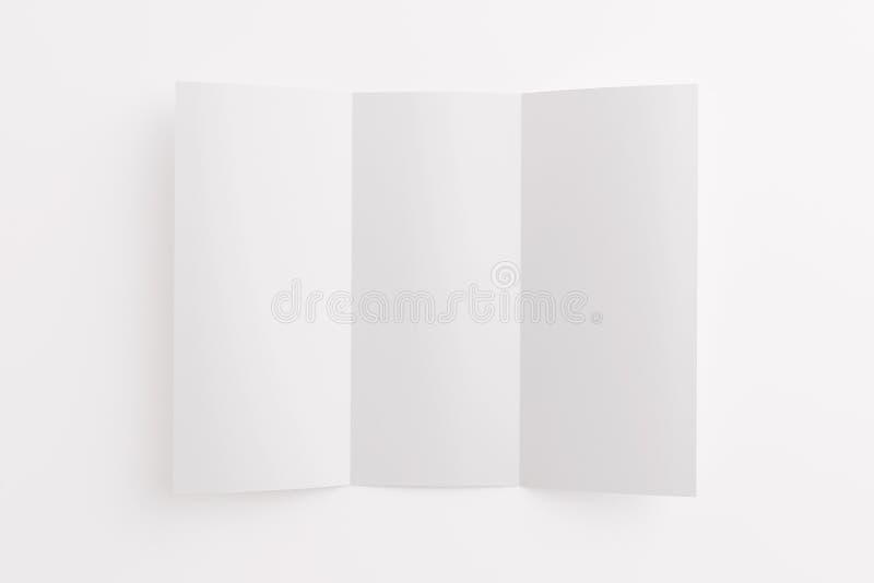 Löschen Sie die geöffnete dreifachgefaltete Broschüre, die auf Weiß lokalisiert wird stockfotografie