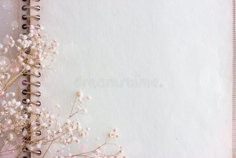 Löschen Sie gealtertes Papier und Blumen stockbilder